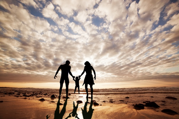 silhouette-of-family-playing-on-the-beach_1160-596